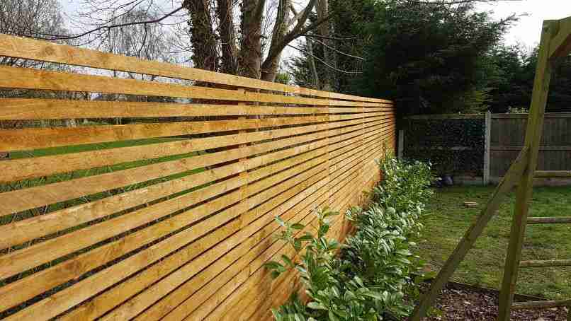 Horizontal slatted fence